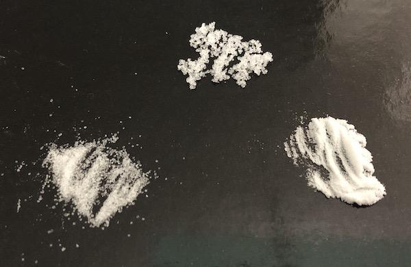 上白糖とクレアチンの粒の大きさを比較した画像