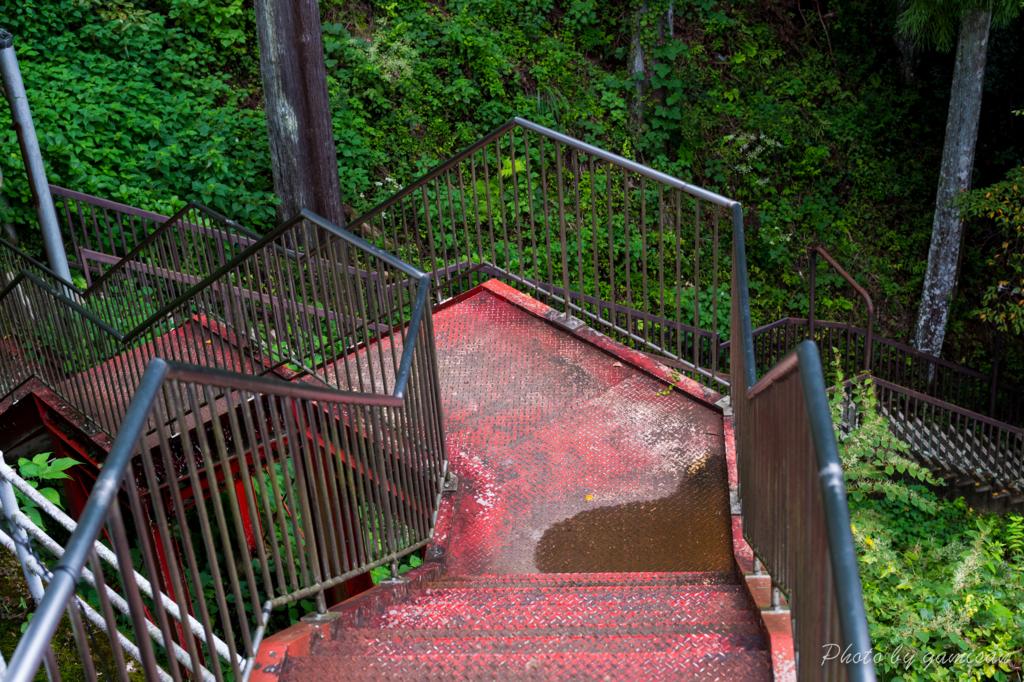 地味に長い階段を下る