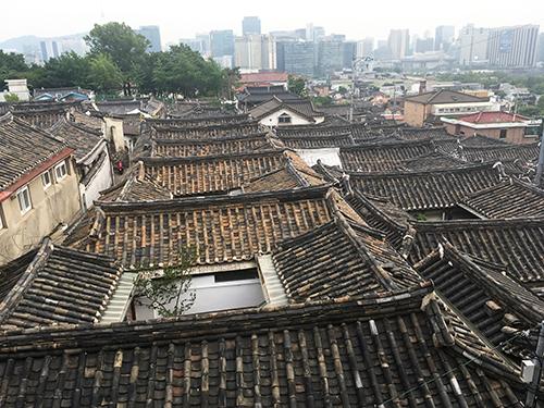 北村展望台からの風景、韓屋の瓦屋根とビル群