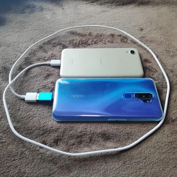 OPPO A5 2020なら、付属の充電ケーブルにダイソーのOTG機能付き変換アダプターをかませることによって、リバース充電が可能です