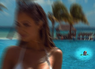 水着の女性に夢中になってハライチの澤部に気がつかない