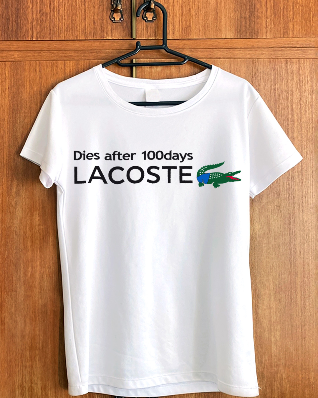 「Dies after 100days LACOSTE」のTシャツ