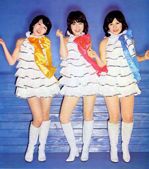 Perfumeとキャンディーズ シルバー系の衣装