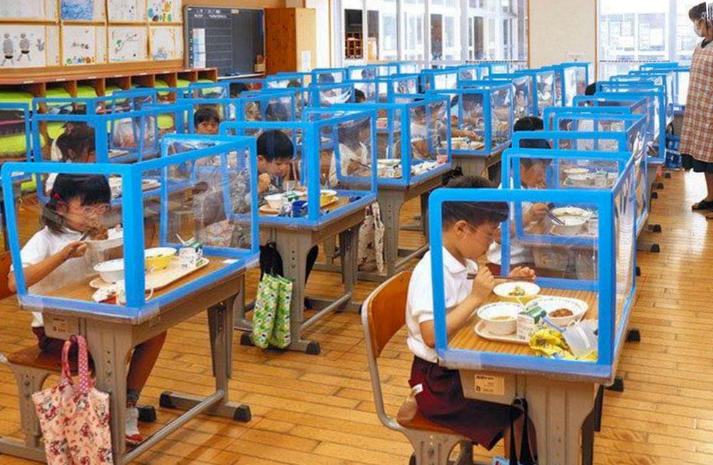 教室の机に卓上シールド