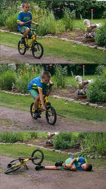 自転車乗ってるときにタイヤに棒を入れて転んだ少年