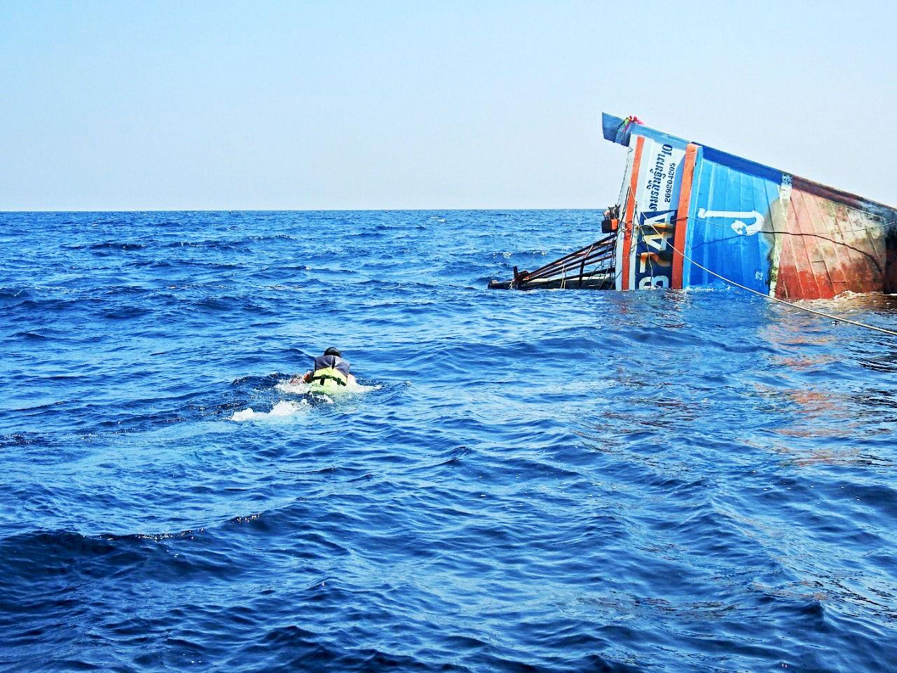 タイ海軍兵士、炎上する船から猫4匹を救出