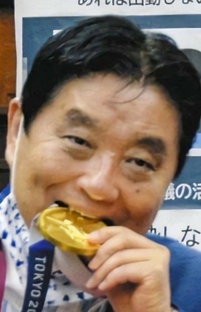 金メダルに噛み付く河村市長