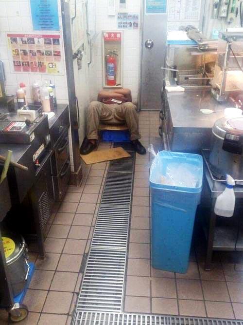 「すき家」店員、営業中に厨房で爆睡