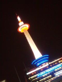 夜の京都タワー。朝よか活き活きしてるな…
