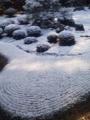 砂の模様の形に綺麗に雪が積もるのに感心