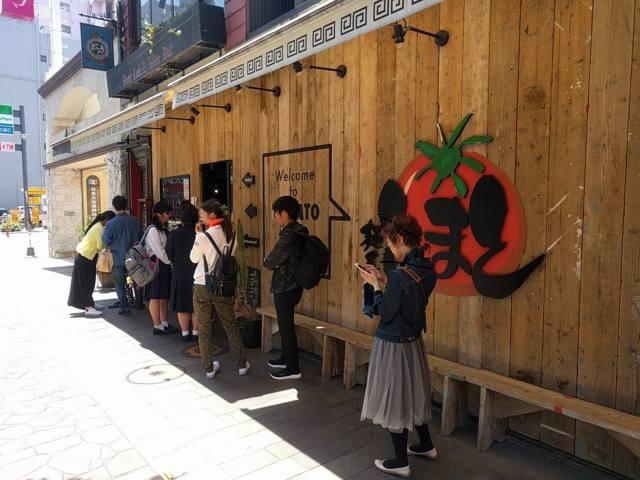 麵屋とまとのオープンを待つ人々の行列