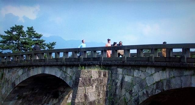 高麗橋を駆け抜ける篤姫(宮崎あおい)と小松帯刀(瑛太)