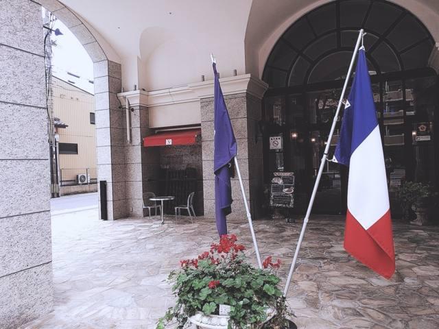 フランスの国旗がなびくアンボワーズ