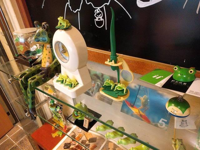 カエルの置物が飾られる店内