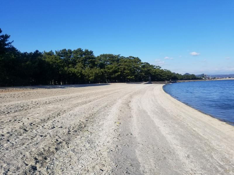 真っ白い砂浜が広がる