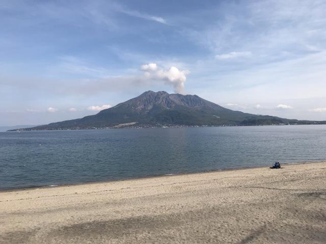 桜島を望む「磯海水浴場」の目の前にぢゃんぼ餅屋がいくつも並ぶ