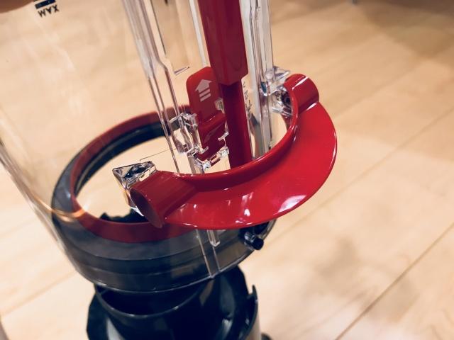 さらに赤いコネクタを押して引き上げると