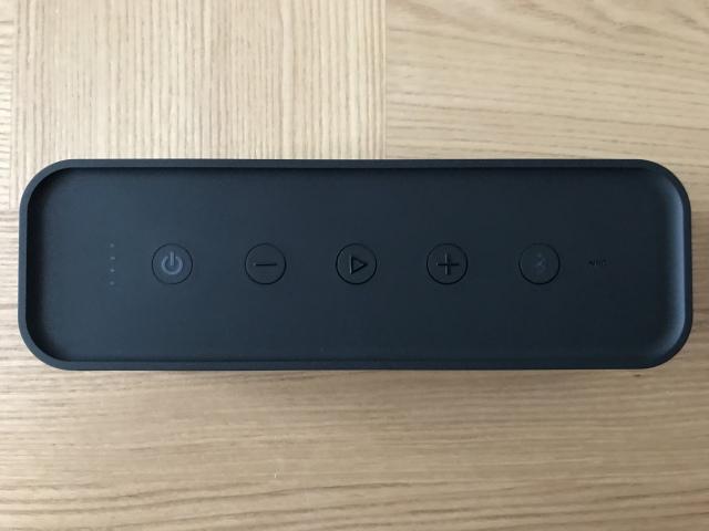 上部は左から「電源」「音量ダウン」「再生/停止」「音量アップ」「Bluetooth」