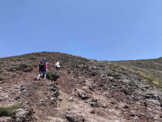 堆積しているガラ石を踏みしめながら登ります