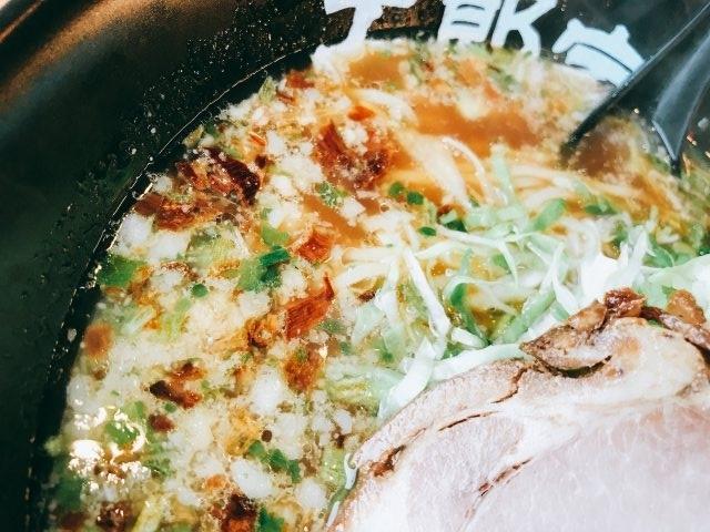 スープは醤油ベースのとんこつ