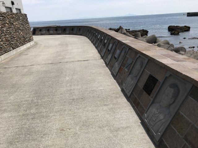 側面に地元の羽島石が積み上げられる擁壁がみえます