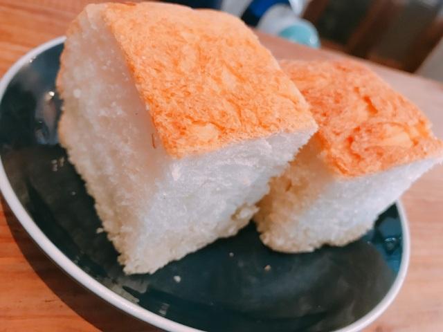 肉料理には自家製のパンがついてきます