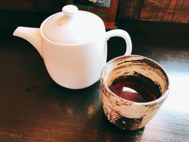 ほうじ茶のサービスです。温かく、食欲が増してきます。