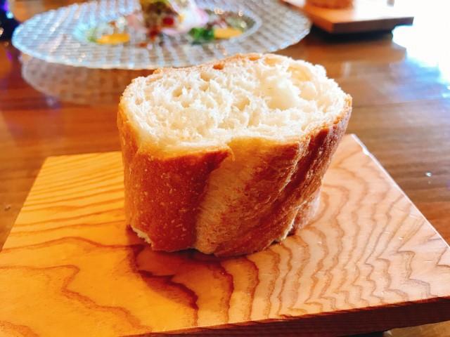 前菜のあとにフランスパンがでてきます