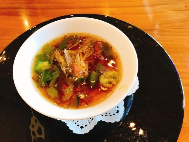 スープ ヤブサメファームの新鮮卵を使ったロワイヤル~冷たいめかぶのコンソメスープ~