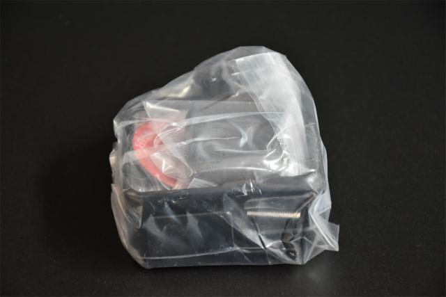 本体と付属品はビニールの袋に入っています