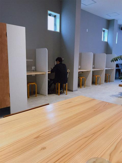 ノマドワーカーやフリーランスの方にも嬉しいワークスペースを兼ね備えたカフェ&コワーキングスペースとなっています