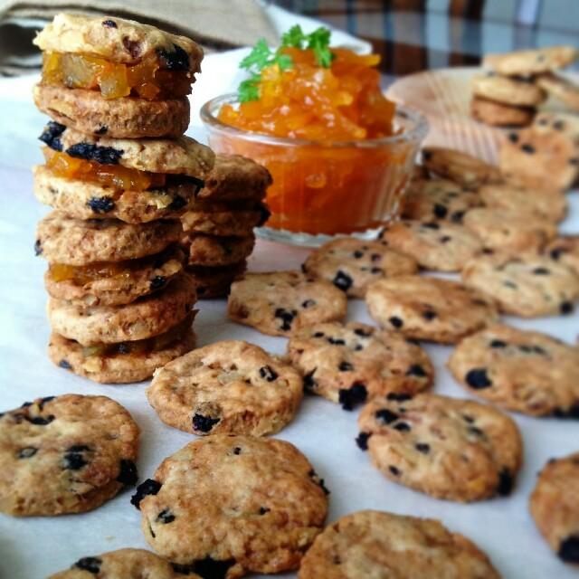 ザクッと、ノンバターでドライフルーツ入りジャムサンドクッキー