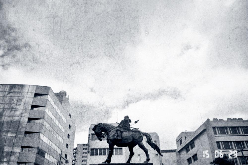 松平直政の騎馬像