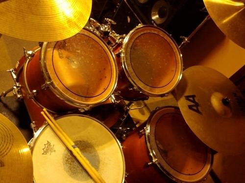 ドラムセットとドラムスティック