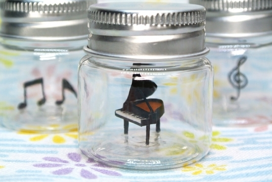 ミニチュアの音符とピアノ
