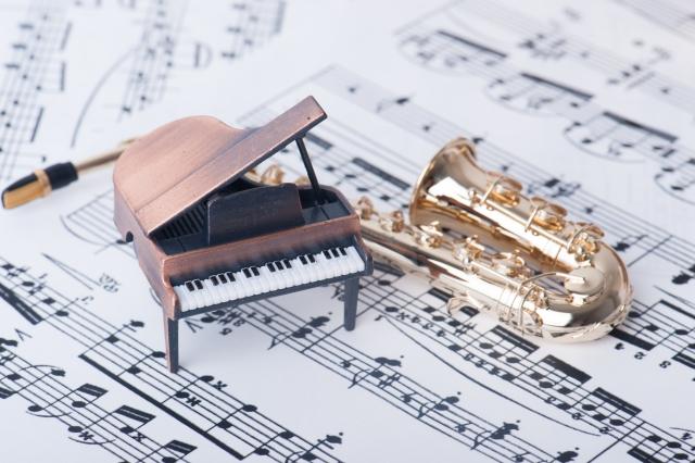 楽譜とミニチュアのピアノ