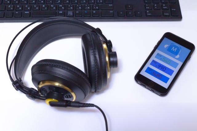 楽譜とパソコンとヘッドフォンとスマホ