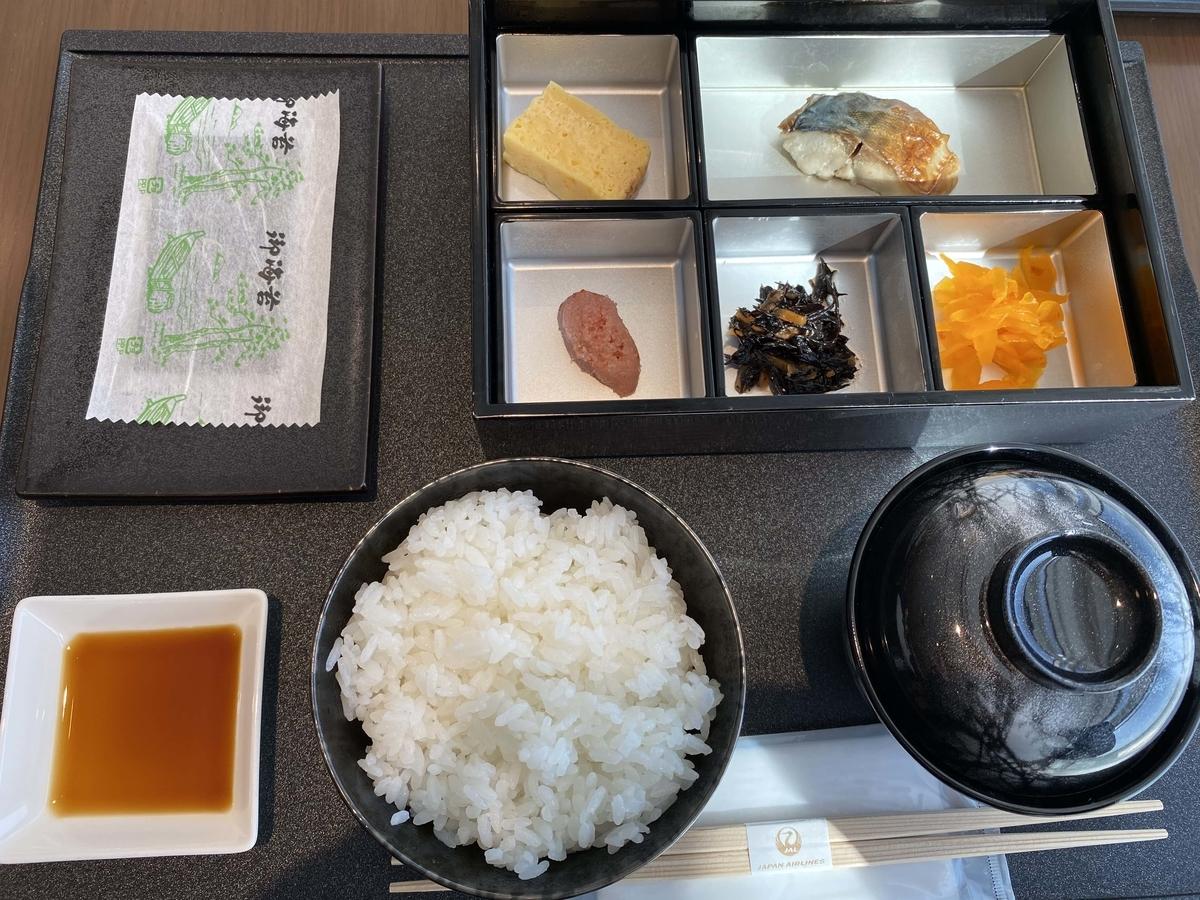 空港ラウンジの和朝食