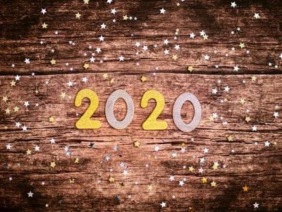 木目の濃淡がおしゃれな板の上に「2020」の文字