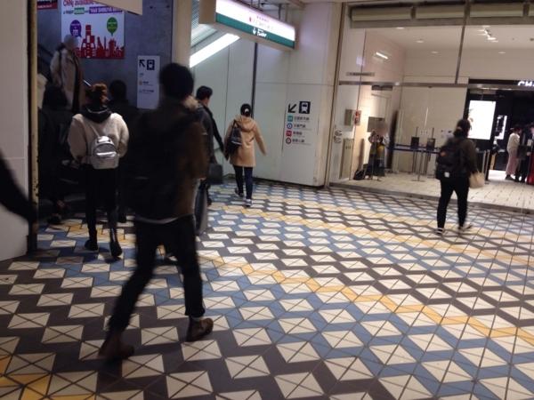 東急百貨店(渋谷)西館の入り口 モザイク