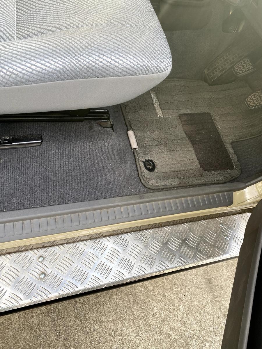 ランクル70 ドライブレコーダーの取り付け。配線を床を通して荷室に引き込む。