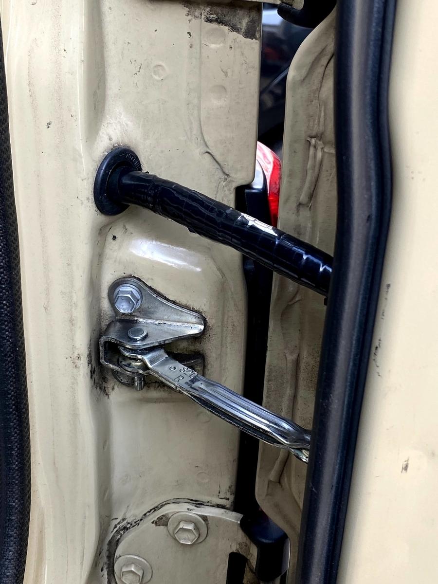 ランクル70 ドライブレコーダーの取り付け。リアゲートの黒い筒に配線を通す。