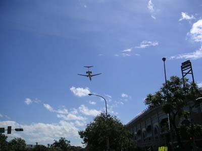 MRT円山駅は松山空港が近いので飛行機が超低空飛行。恐。
