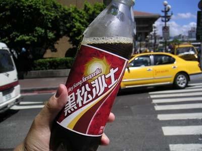 黒松沙士は湿布の臭いのコーラ。お茶は全部加糖だし、台湾オリジナル