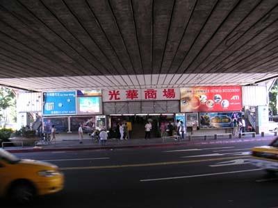 台湾のアキバこと光華市場。高架下はまるでラジオセンター。