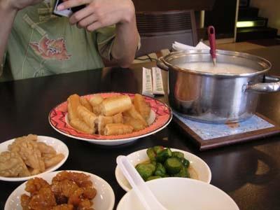 台湾のお粥店。おかずを取ると、芋がゆは食べ放題。暑いときに粥。