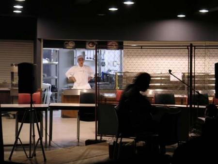 大里俊晴の演奏を不思議そうに見る食堂の人