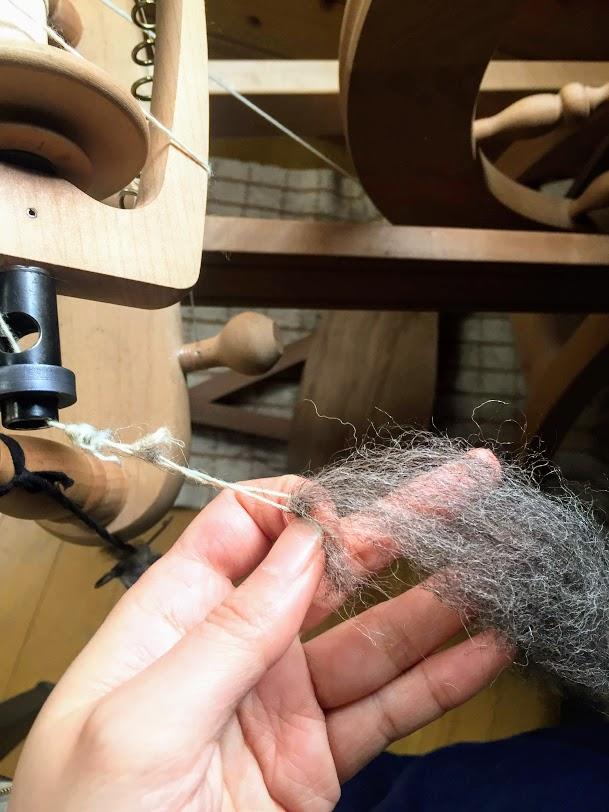 紡ぎ車に羊毛を取り付けます。