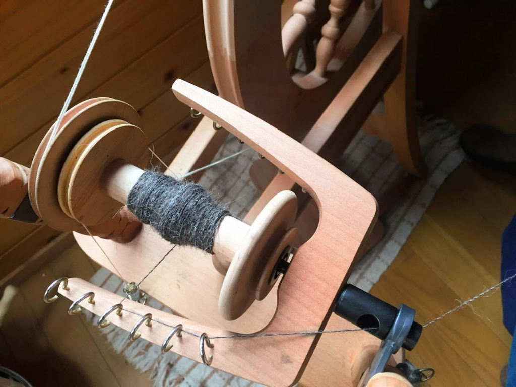 ボビンに紡がれた糸が巻かれていきます。