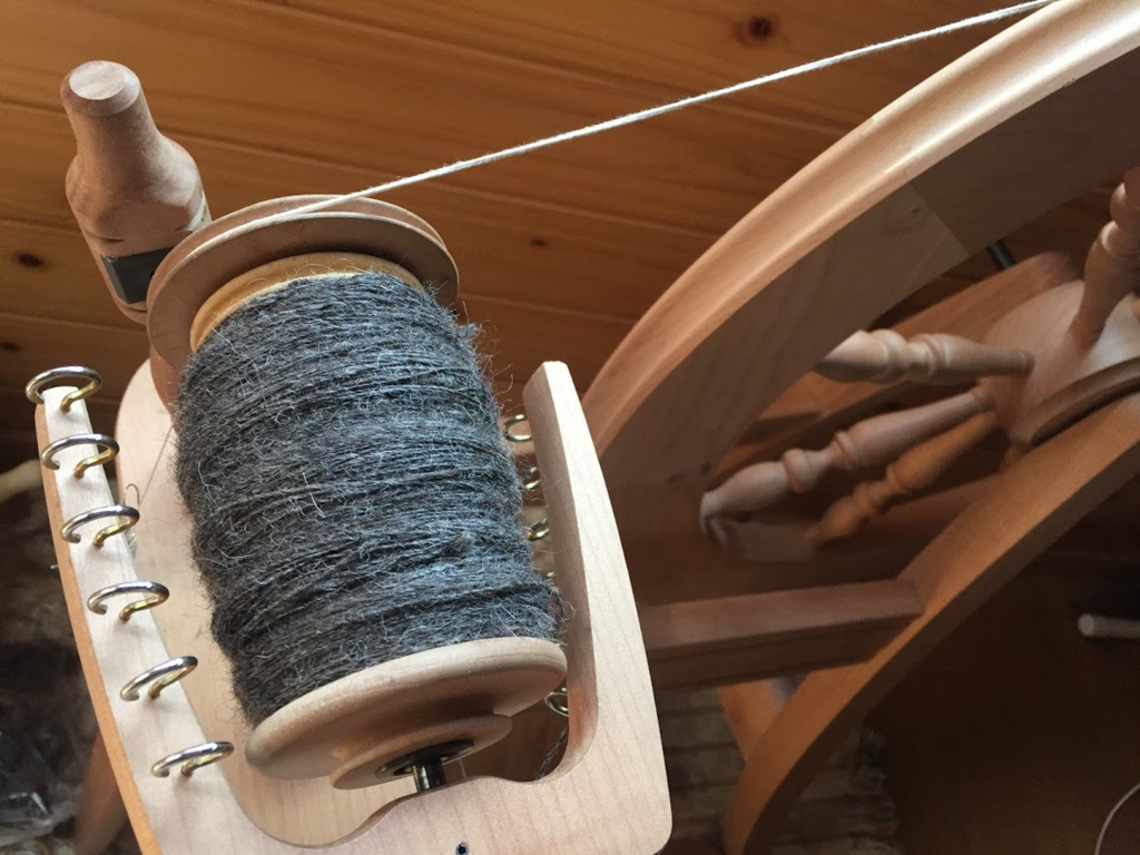グレーのシェットランドウールを紡いだところ